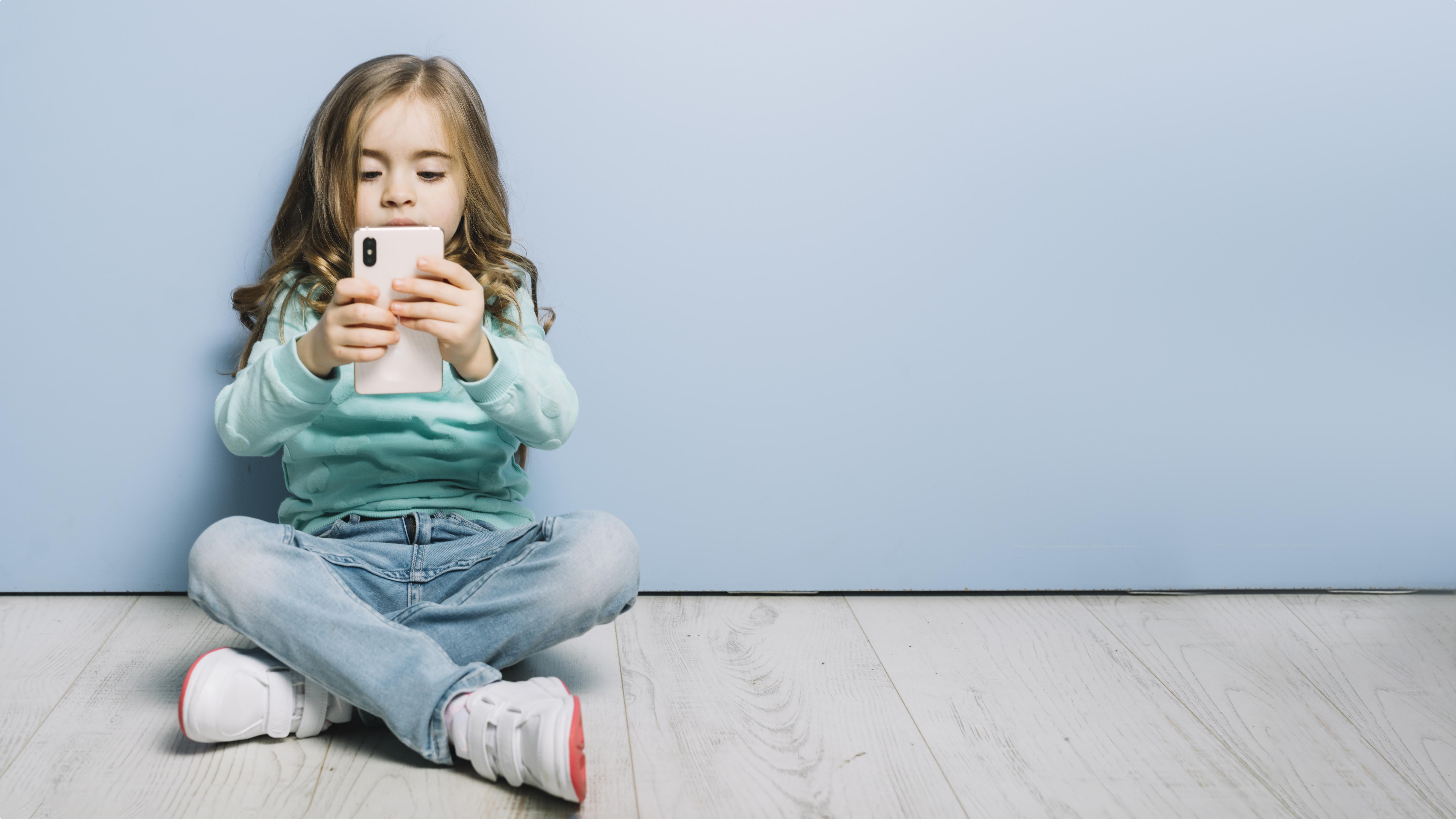 celular criança olho bebe telas exposição